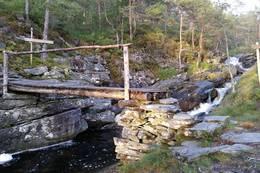 Stidele ved brua i Stølsura. Hald til høgre mot Knappstadstøylane. - Foto: Arnfrid Bergheim