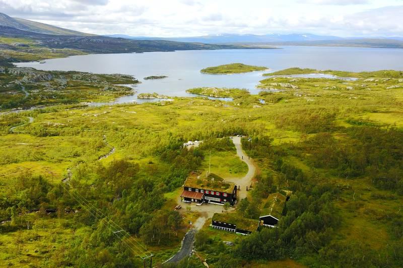 Nedalshytta med utsikt mot Nesjøen