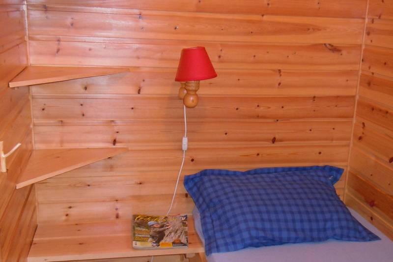 Soverom 1: Hunderom med 1 sengeplass og plass til hund på gulvet. Myggnetting på vindu.