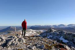 Utsikt fra toppen 1221 meter over havet. Vi ser i retning Notodden. Til venstre sees Himingen. Deretter Øysteinnatten, Nybufjellet og Jøronnatten. Foran Øysteinnatten ligger Slettefjell. -  Foto: Ottar Kaasa, Notodden