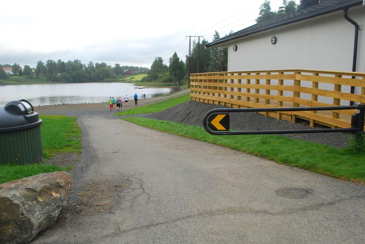 Bom ved starten av turveien, som kan passeres med rullestol.