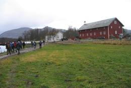 Det er fint å gå langs fjæra til Skånland  - Foto: ukjent