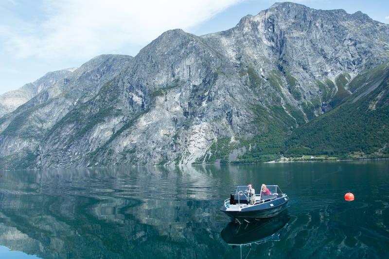 Familien Vike sørger for båtskyss over Eikesdalsvatnet