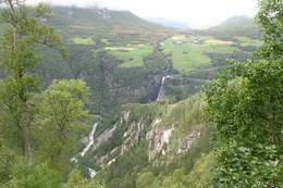 Vi ser mot Svisdalen og Johanslia. Bilde er tatt fra Ørnsnydda. -  Foto: Birger Blomvik