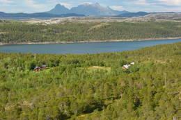 Oversiktsbilde fra Middagsfjellet som viser Hovedhuset og Kårstua, Straumøya og Landegode i bakgrunnen. - Foto: Kristian Helgesen