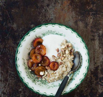 Recept: Havregrynsgröt med mandelmjölk och bakade plommon | Frk. Kräsen