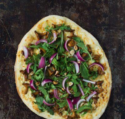 Recept: Vit pizza med kantareller och picklad rödlök | Frk. Kräsen
