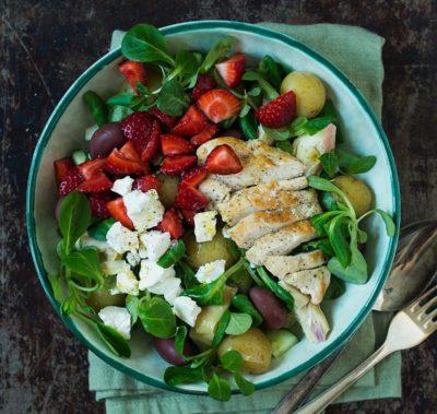 Recept: Kycklingsallad med potatis och jordgubbar | Frk. Kräsen