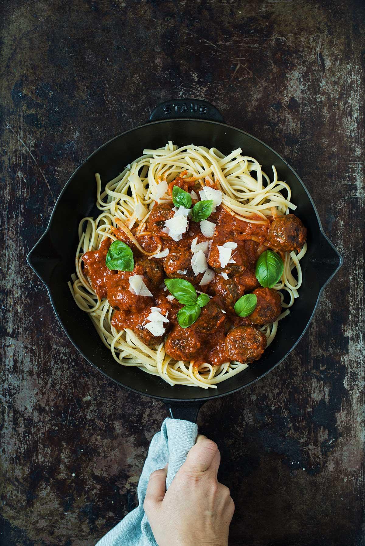 Recept: Köttbullar i tomatsås med spagetti
