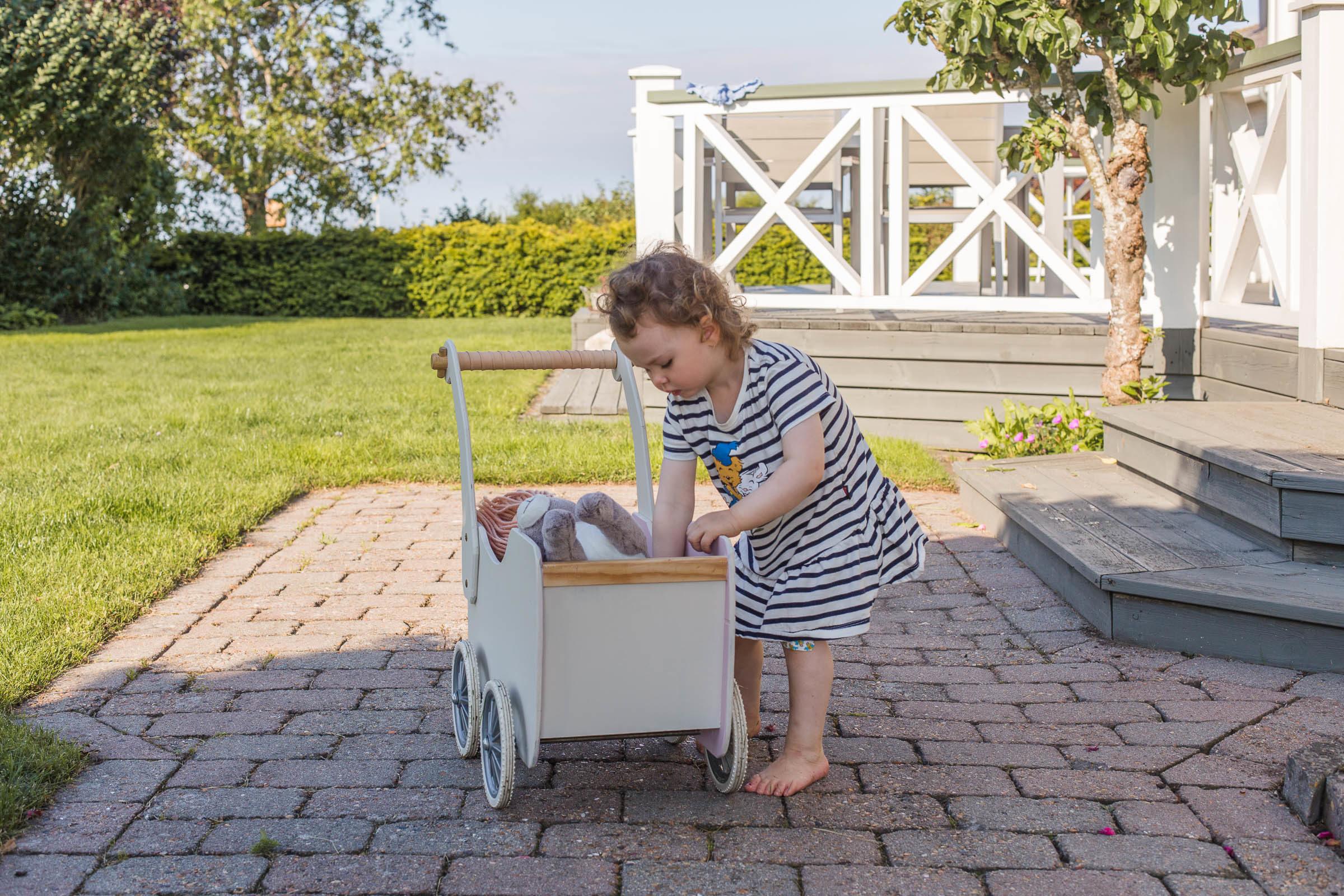 Fixa till en gammal dockvagn med färg och läder
