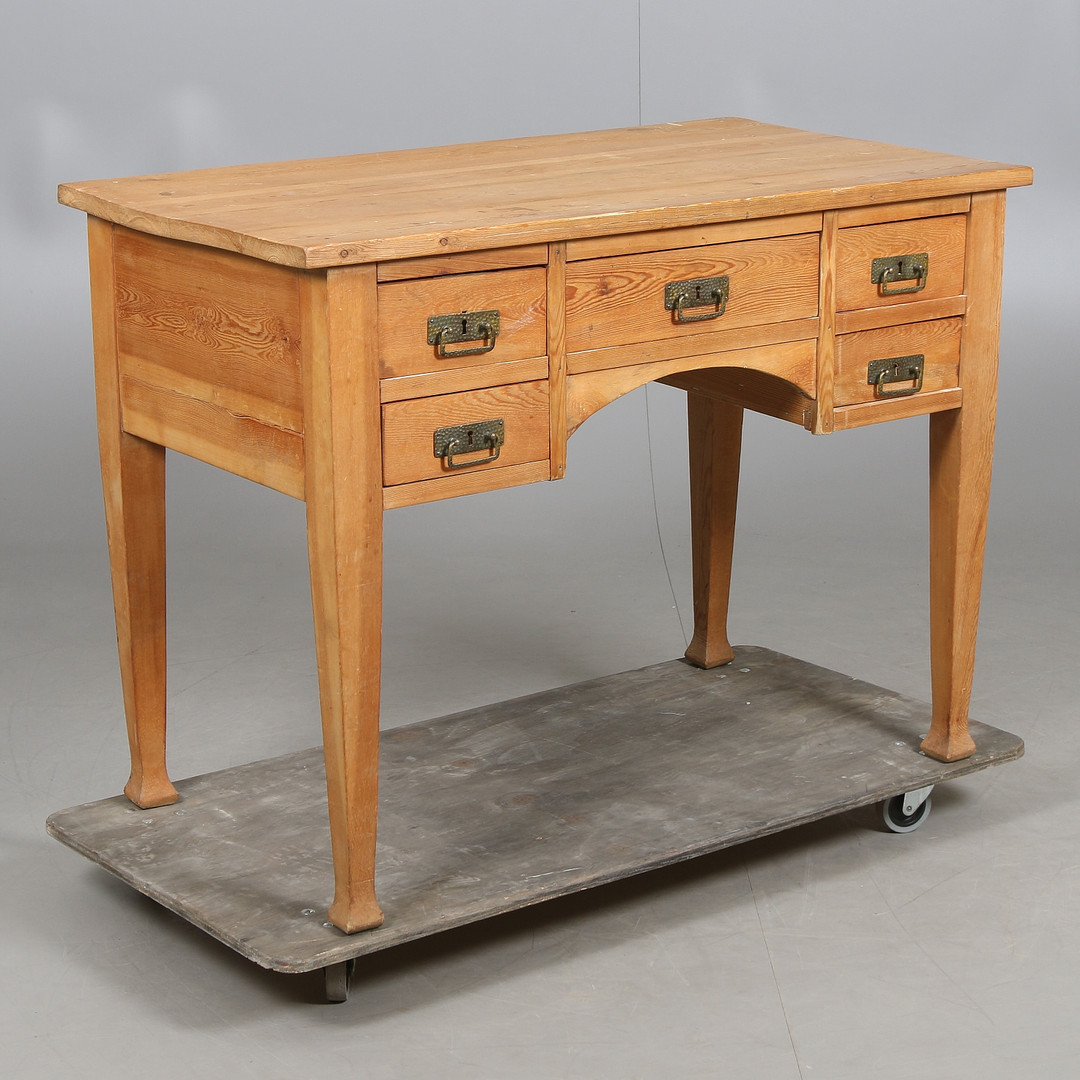 Furuskrivbord från 1900-talets första hälft