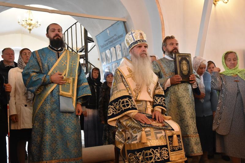 Преосвященный Мефодий совершил Божественную литургию в храме Успения Божьей Матери посёлка Белоярский