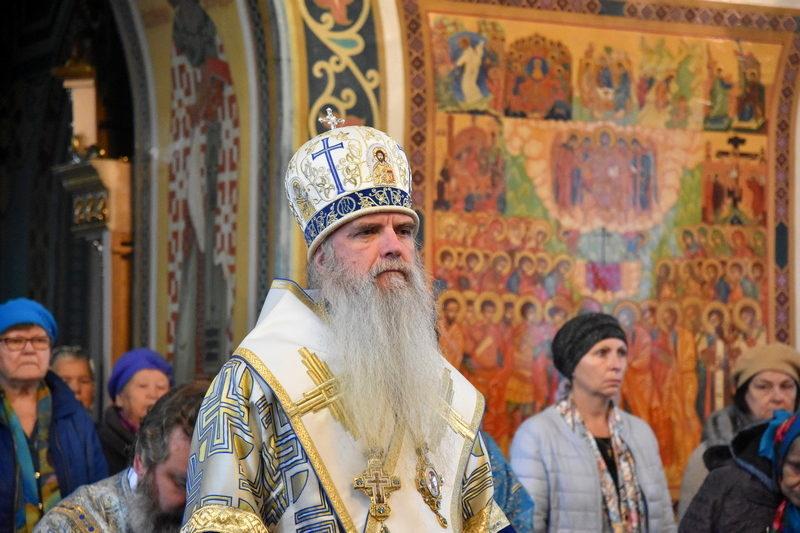 в день Покрова Пресвятой Богородицы, Преосвященный Мефодий совершил Божественную литургию в Покровском храме города Каменска-Уральского