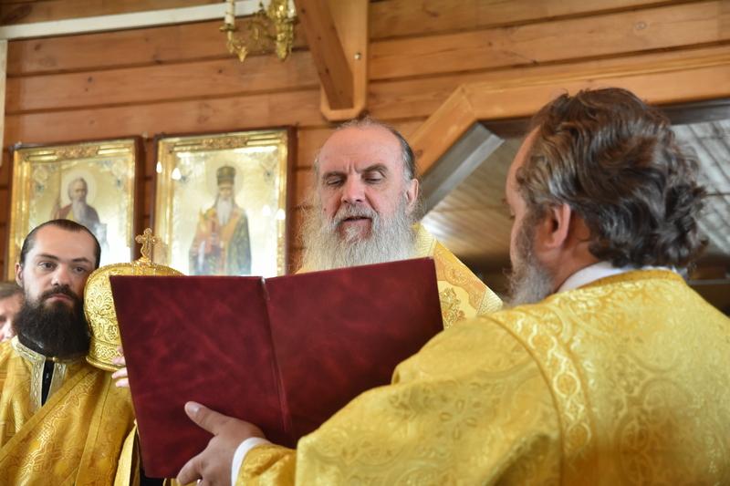 Преосвященный Мефодий совершил Божественную литургию в храме апостола и евангелиста Иоанна Богослова (г. Каменск-Уральский, микрорайон Южный)