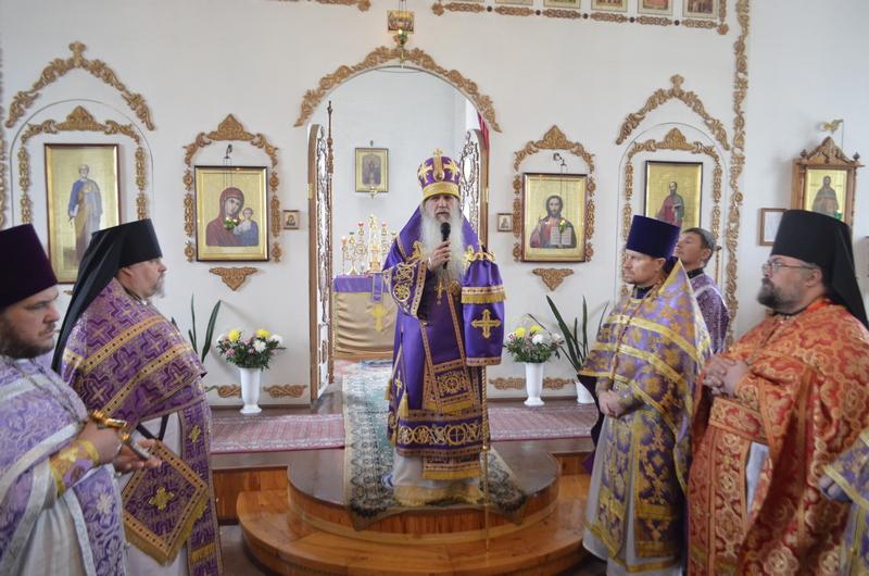 Преосвященный Мефодий совершил Божественную литургию в Троицком храме