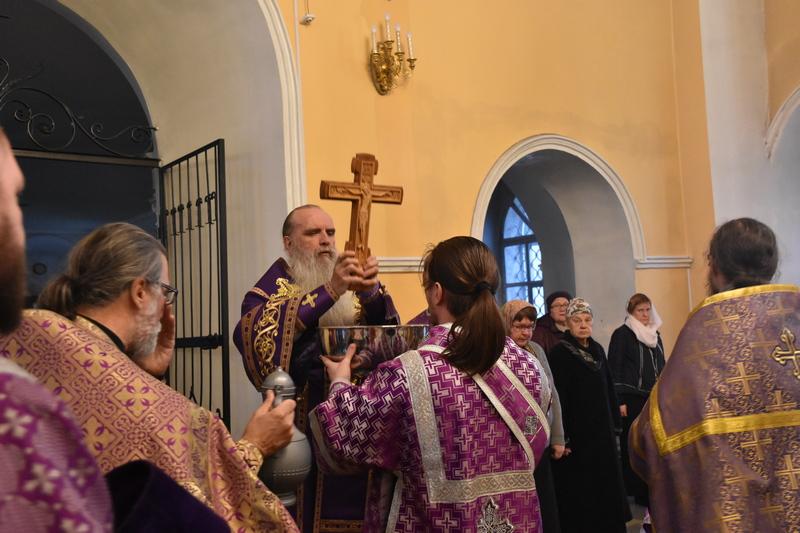 Епископ Каменский и Камышловский Мефодий совершил Всенощное бдение с чином Воздвижения Креста