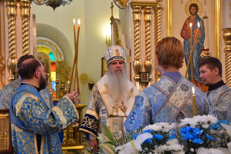 Преосвященный Мефодий совершил Всенощное бдение в Свято-Троицком кафедральном соборе