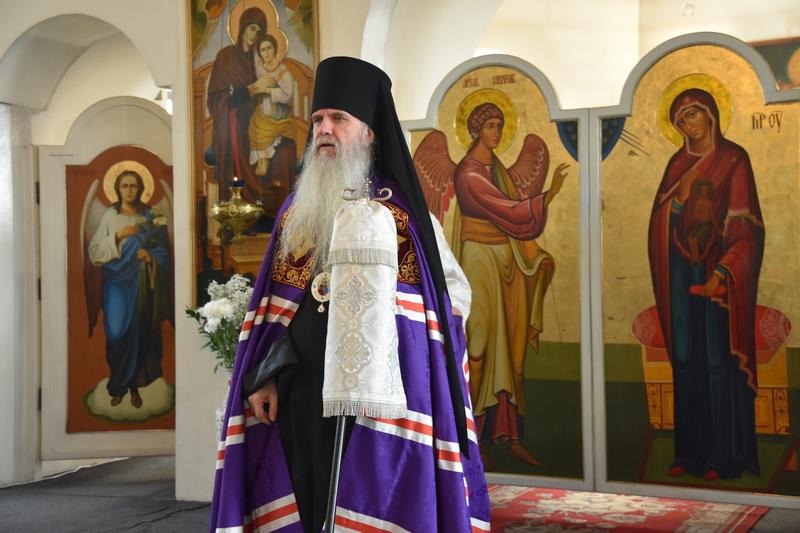 Преосвященный Мефодий совершил Божественную литургию в Спасо-Преображенском мужском монастыре города Каменска-Уральского