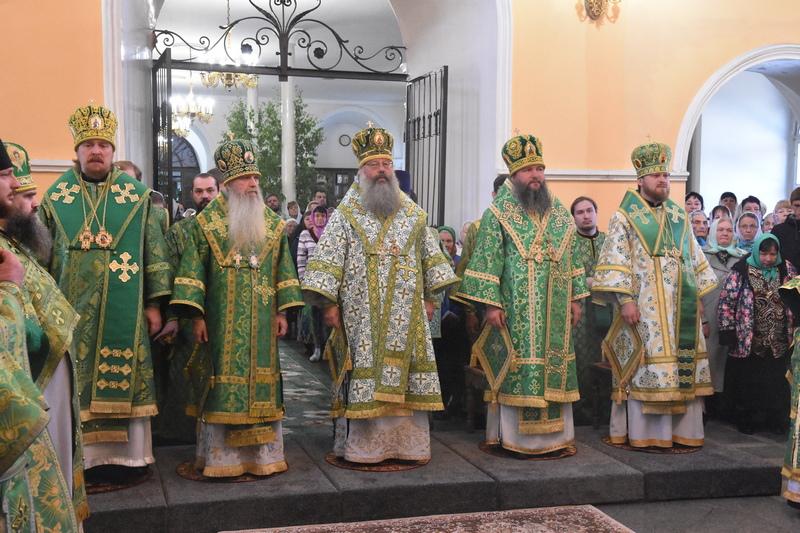 Сонм архиереев совершил Божественную литургию в Свято-Троицком кафедральном соборе города Каменска-Уральского