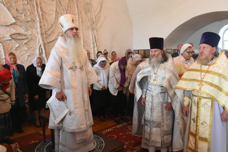 Преосвященный Мефодий совершил Литургию в храме во имя Святого Богоявления
