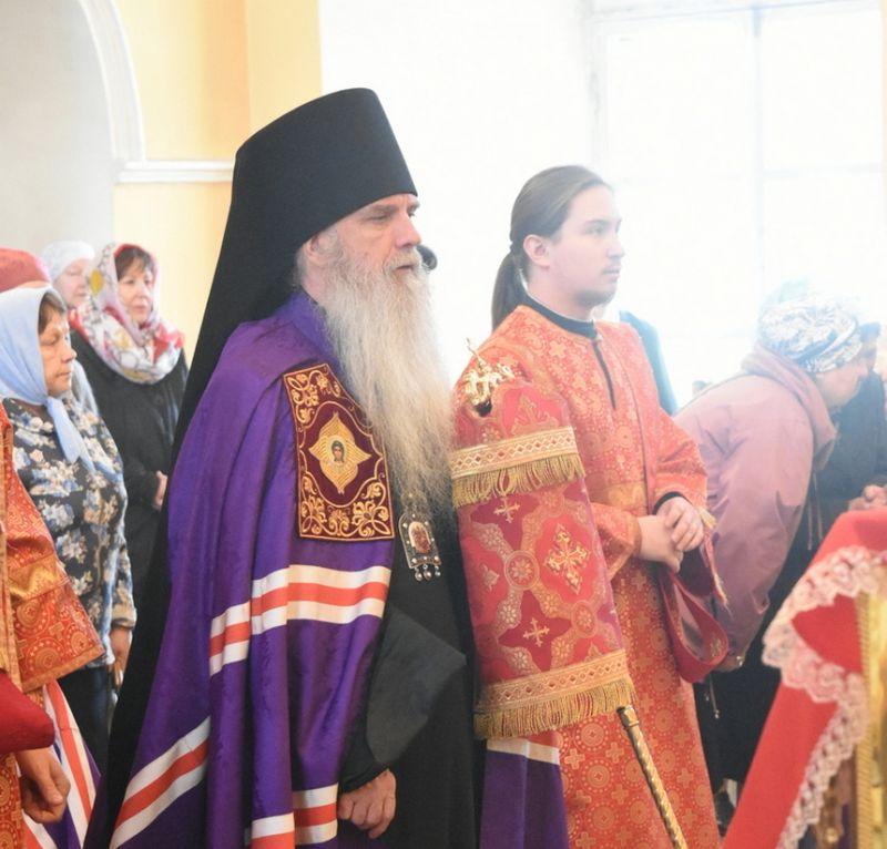 Преосвященный Мефодий совершил Литургию в Свято-Троицком кафедральном соборе города Каменска- Уральского