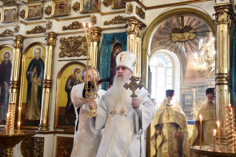 Преосвященный Мефодий совершил Божественную литургию в Покровском храме села Волково (г. Каменск-Уральский)