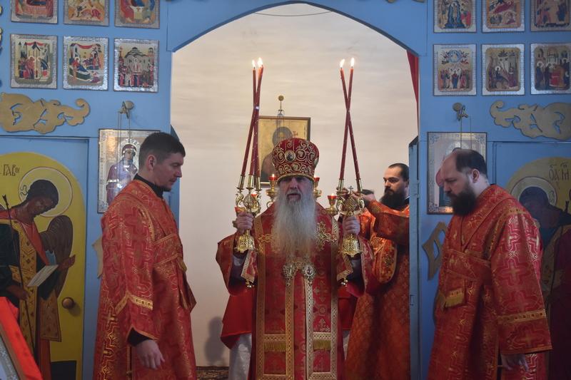 Преосвященный Мефодий совершил Божественную литургию  в храме апп. Петра и Павла, с. Чернокоровского