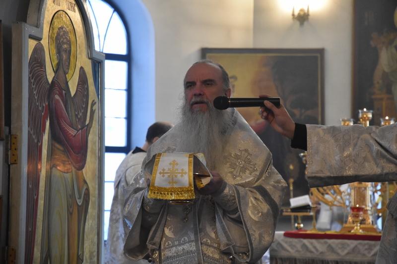 Преосвященный Мефодий совершил Божественную литургию в Спасо-Преображенском мужском монастыре