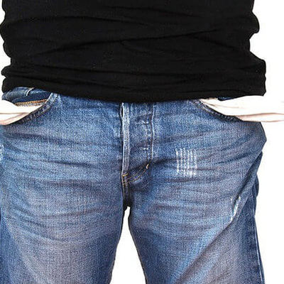 Un hombre enseña sus bolsillos vacíos
