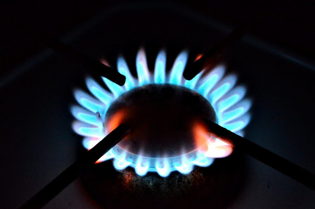 Un hornillo de gas encendido