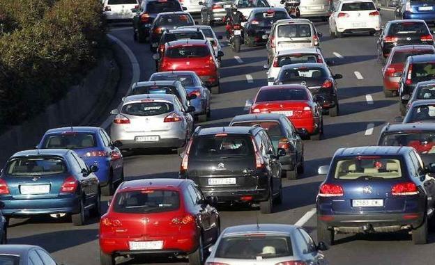 Muchos coches están parados en un atasco de tráfico