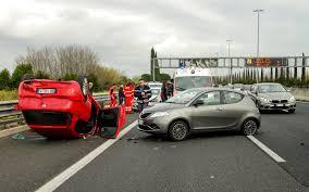 Un accidente en la autopista donde un coche ha volcado