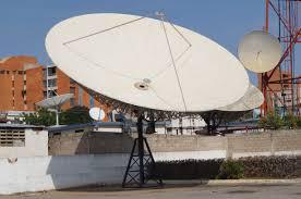 Una antena parabólica sobre un tejado