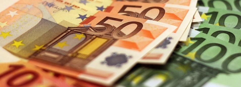 Una mano sujeta varios billetes (euros)