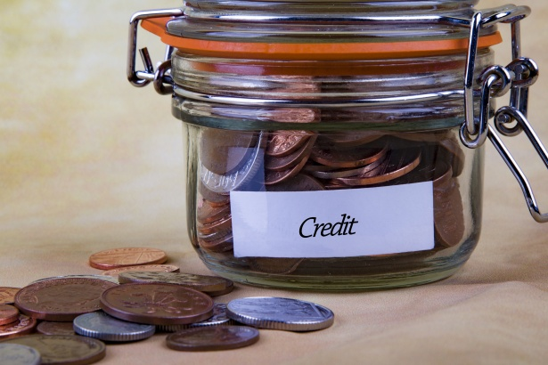Un bote en el que pone crédito está lleno de monedas