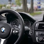 Un volante de un coche BMW