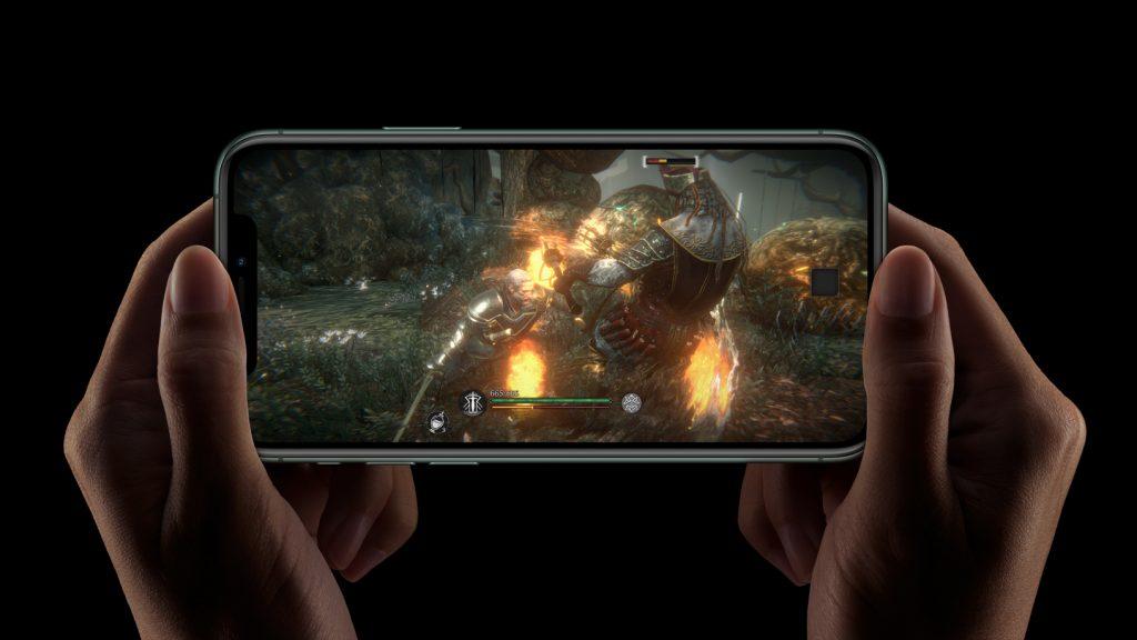 Una persona sujeta con las dos manos un iPhone 11 en horizontal