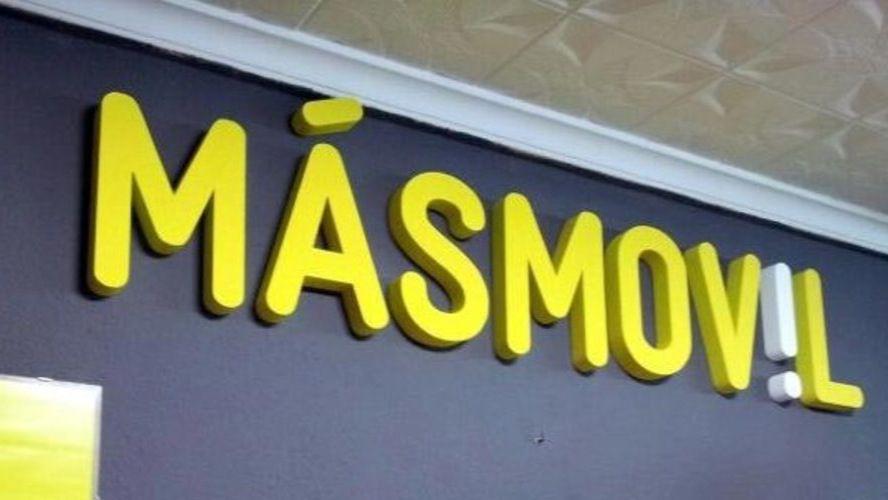 Cartel de MÁSMÓVIL en el que aparece el logo