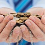 Dos manos están sujetando monedas