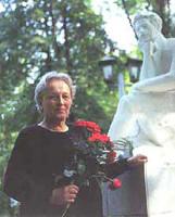Г.С. Усова у памятника А.С. Пушкина (г. Мичуринск)