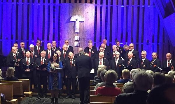 Ragnhild og koret.JPG 29/11-2019