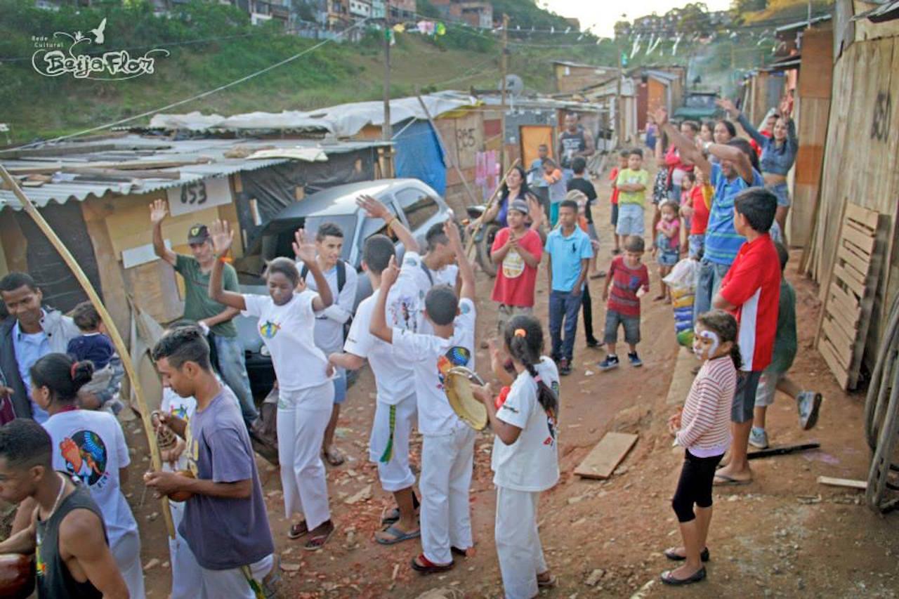 Kolibri tar med capoeira ut i den nye favelaen.