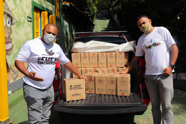 Her ser vi Gleidson da Silva (CUFA) og Fabio Dias (Kolibri Brasil). CUFA bidrar med 60 kasser hygienesett (masker, sprit, vaskemidler o.l). Det er det stort behov for hos Kolibris familier.