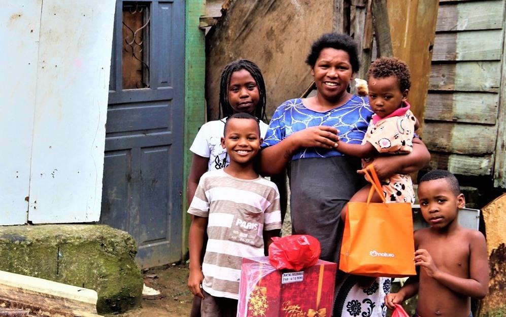 «Barna mine er drivkrafta i livet mitt» seier ein smilande Christina med Jona (11 år), Andersson (9 år), mens dei to yngste: Paulo (6 år) og Maria (2 år) klenger på mora. Bilete er tatt då barna mottok julegåver frå Kolibri.