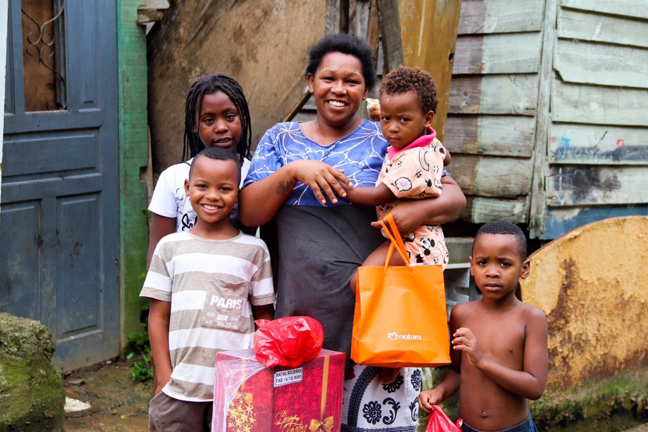 Dette er en av familiene som har mottatt støtte. Bildet er tatt før jul da det også ble gitt overraskelser til barna.