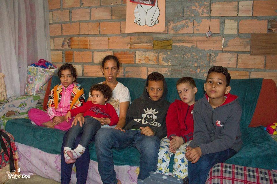 Begge foreldrene til disse barna er borte mesteparten av dagen for å tjene penger. Bestemor tar ansvar for barnebarna. Ikke alle er så heldig. SP - Brasil