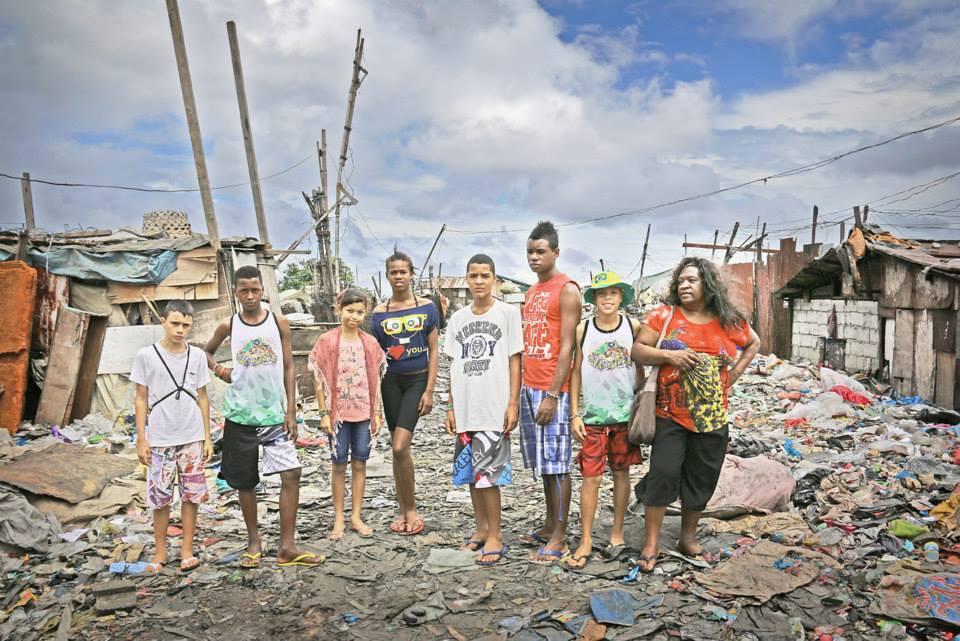 Gisele (i midten) og unge brasilianere på besøk i slummen i Manila, Filipinene.
