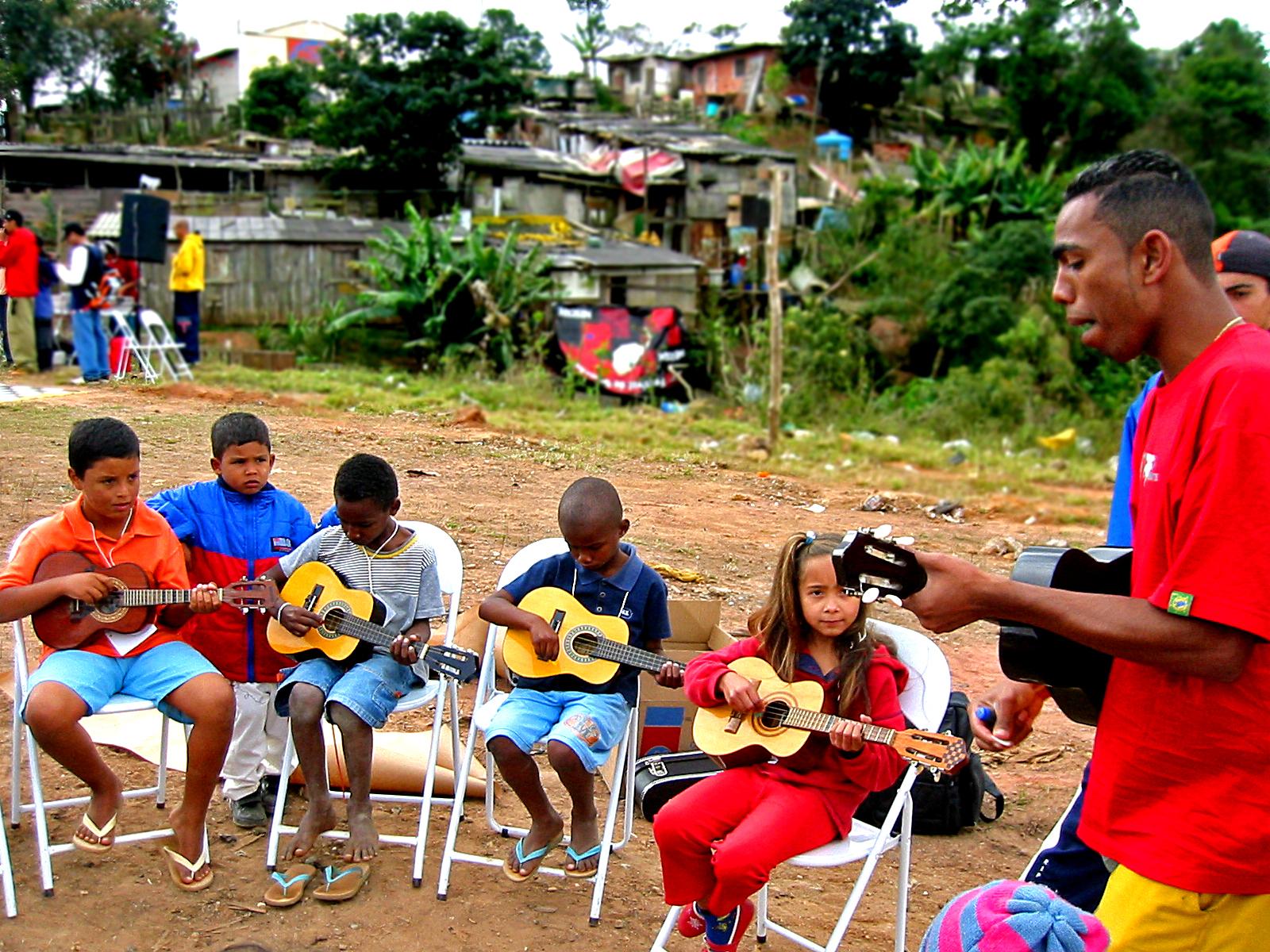Våre barna som lærer å spille gitar