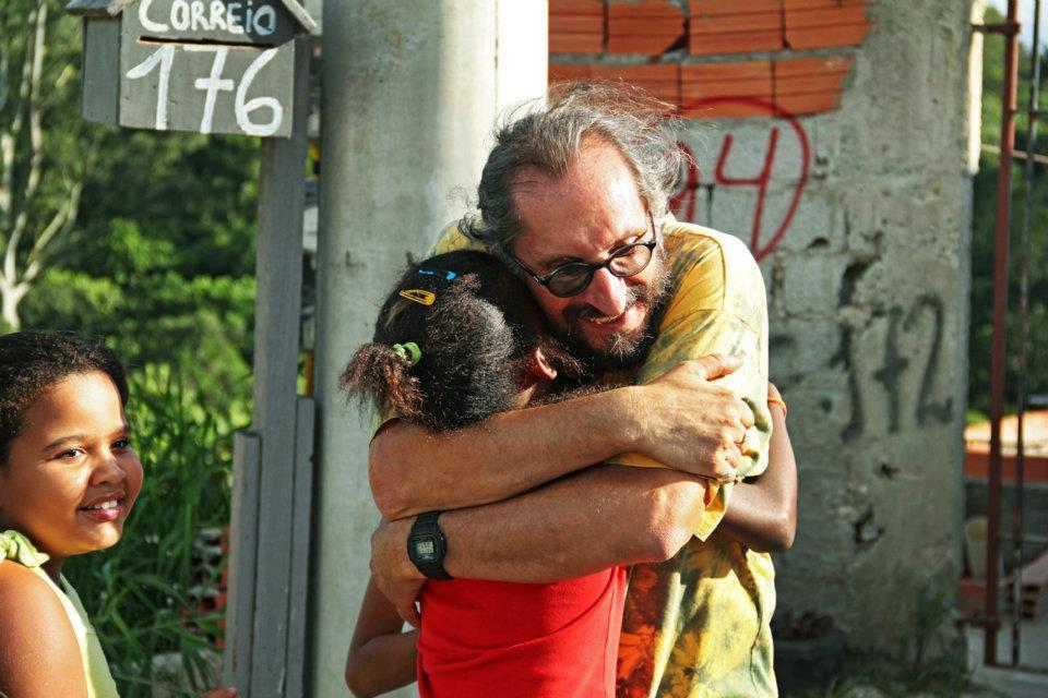 Gregory på en runde i favelaen. Da blir det mange klemmer.