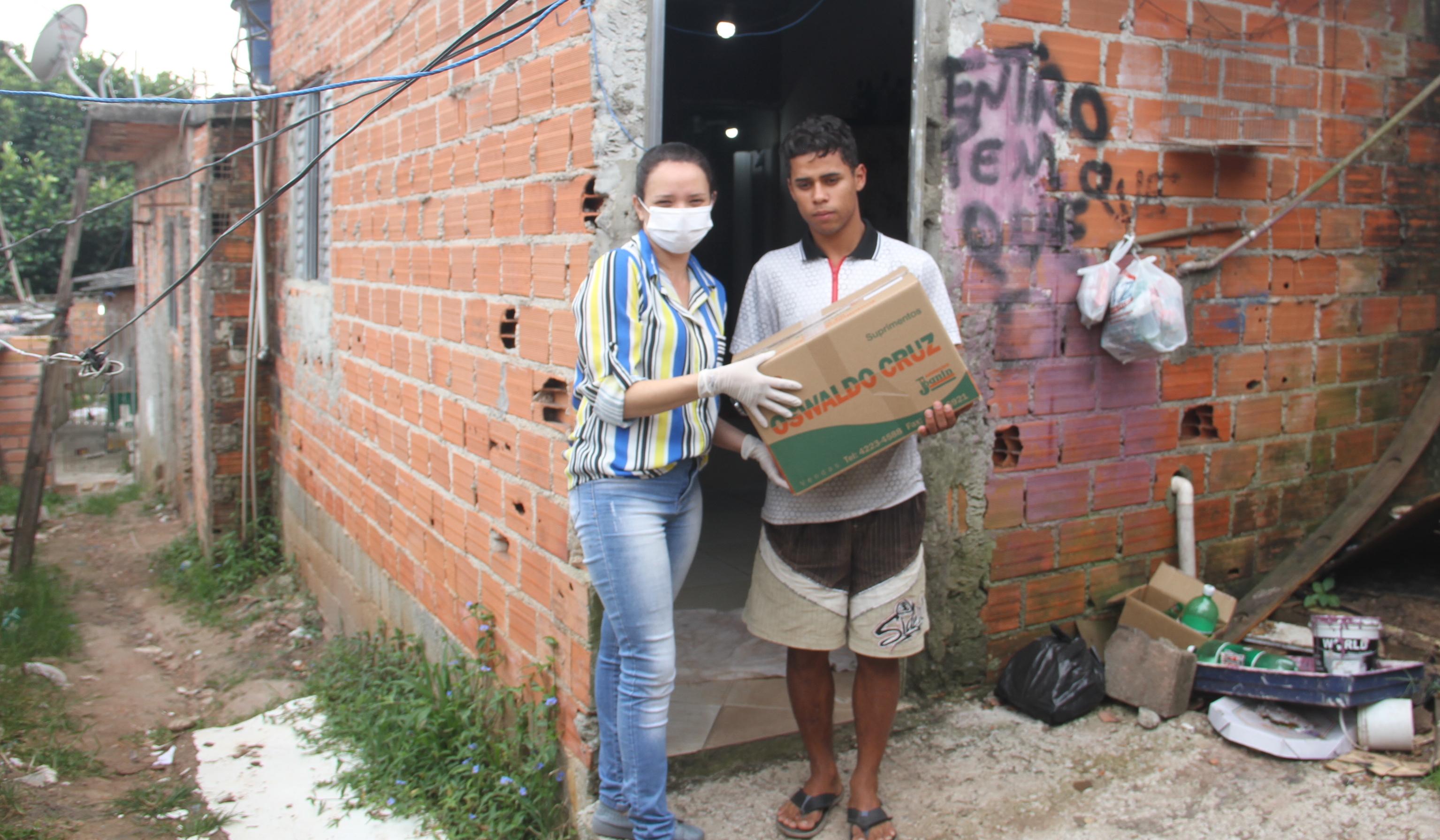 Daglig leder Ivone Silva deler ut matkasser